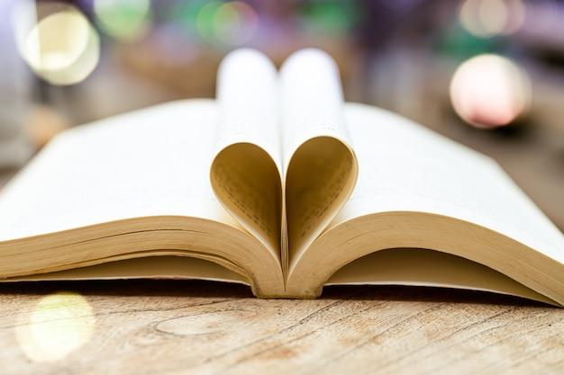 Livro em forma de coração, conceito de sabedoria e educação, livro mundial e dia dos direitos autorais