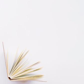 Livro em pé em um canto
