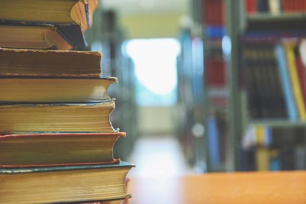 Livro empilhado na biblioteca