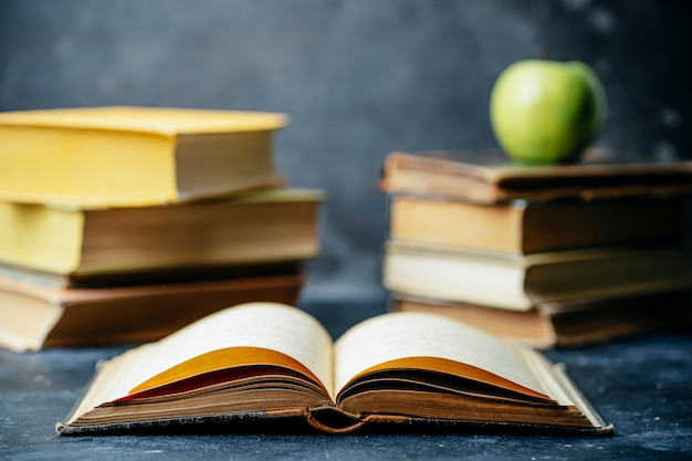 Livro estudo educado. fundo de biblioteca e dicionário. estudando estudantes em universidades e faculdades, alunos em idade escolar e o conceito de ensino a distância em casa