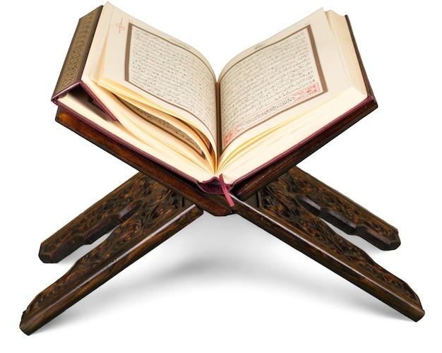 Livro islâmico do alcorão em segundo plano