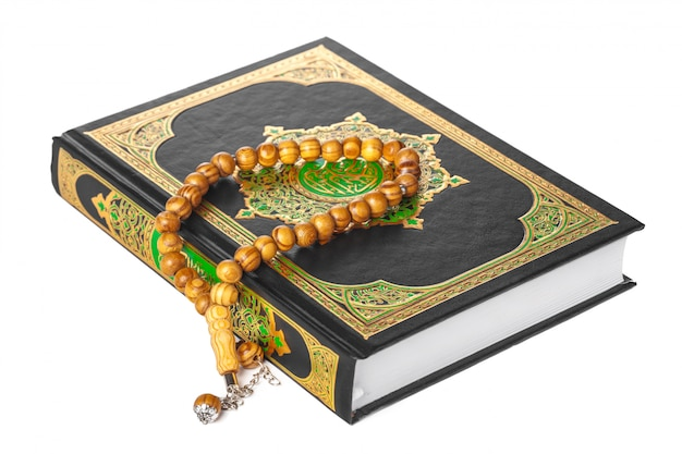 Livro islâmico sagrado alcorão e miçangas com fundo