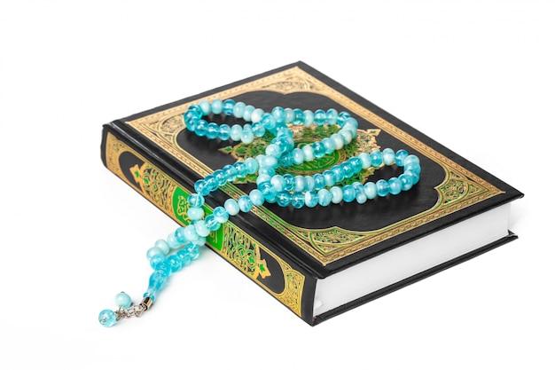 Livro islâmico sagrado alcorão e miçangas