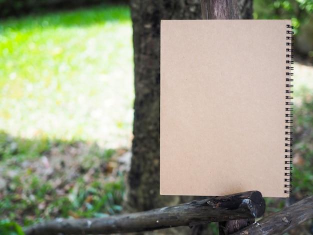 Livro marrom no jardim. carta de eco com espaço de cópia.