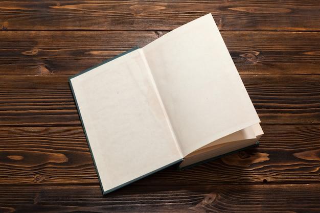 Livro na mesa de madeira. vista do topo