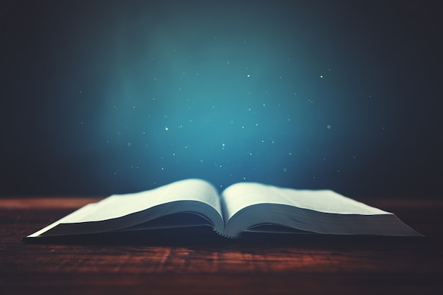 Livro na mesa de madeira