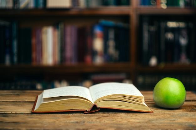 Livro na mesa na biblioteca