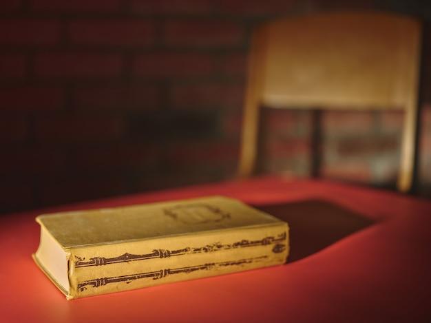 Livro na mesa vermelha