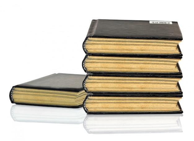 Livro negro é deitado com sombra no fundo branco