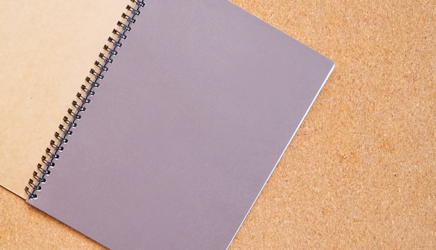 Livro ou diário em uma placa marrom