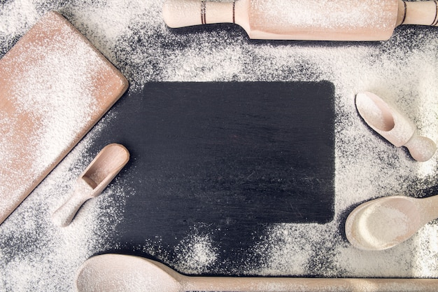 Livro para receita em volta de utensílios e farinha