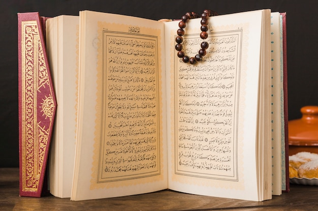 Livro religioso muçulmano com miçangas