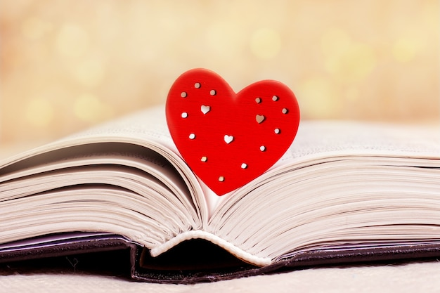 Livro revelado, bíblia, com coração vermelho