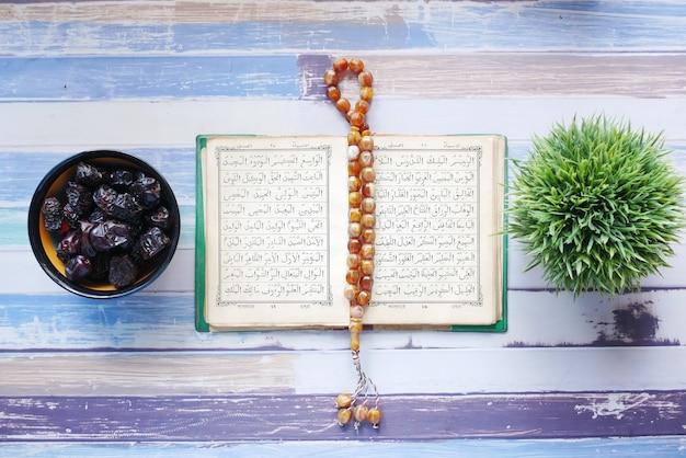 Livro sagrado alcorão e rosário na mesa close-up
