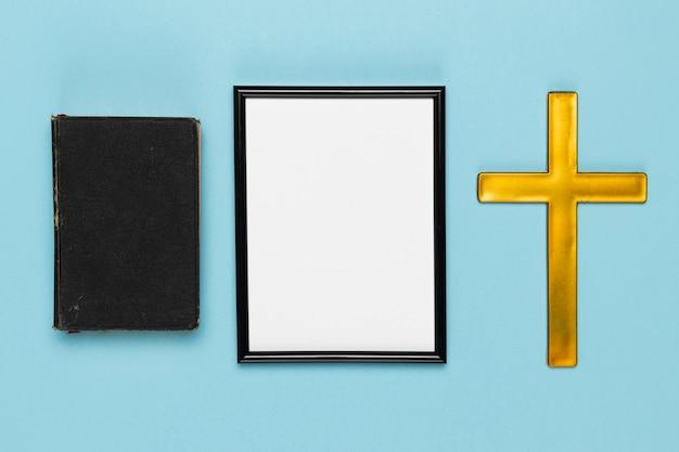 Livro sagrado de vista superior e cruz de madeira