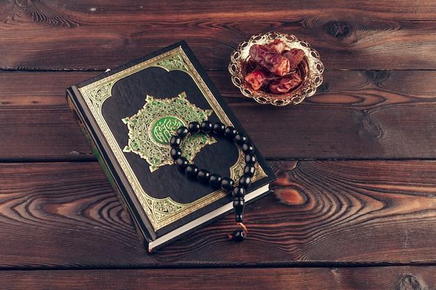 Livro sagrado islâmico na mesa de madeira
