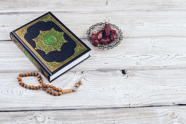 Livro sagrado islâmico na mesa de superfície de madeira