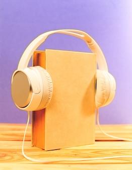 Livro sobre a mesa com fones de ouvido