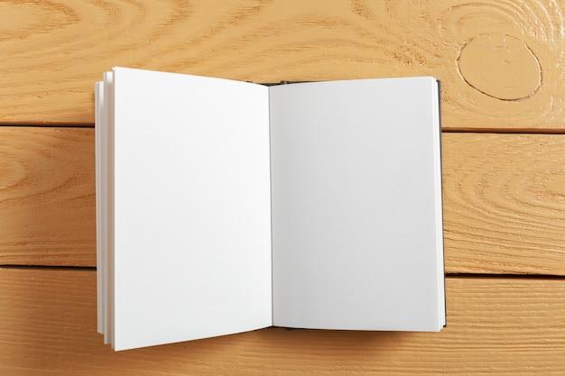 Livro sobre a mesa de madeira velha