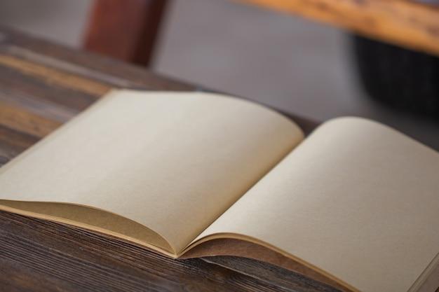 Livro sobre fundo de madeira. vista superior. estilo vintage.