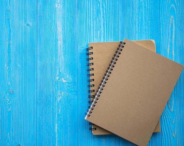 Livro sobre fundo de madeira