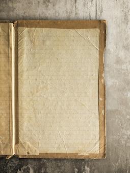 Livro velho aberto, caderno com o trajeto de grampeamento fácil para dicut.