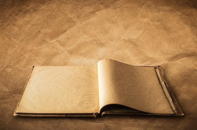 Livro velho aberto, caderno no fundo de papel velho com o trajeto de grampeamento fácil para dicut.