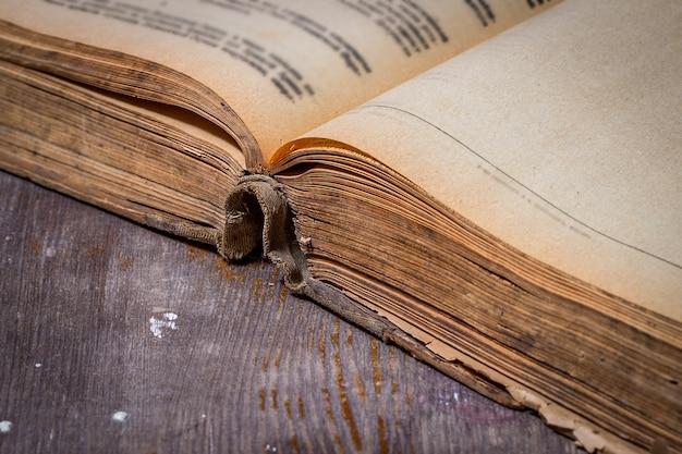 Livro velho aberto em uma mesa de madeira