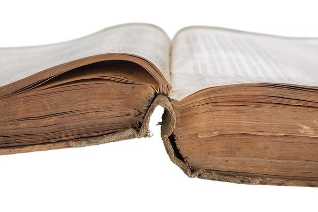 Livro velho aberto isolado no branco
