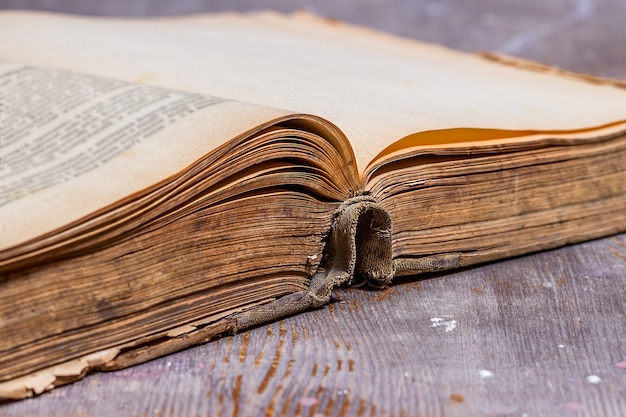 Livro velho aberto na mesa rústica