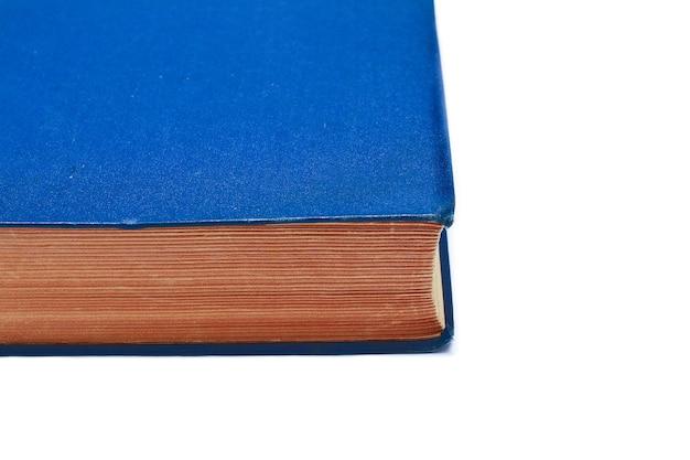 Livro velho e grosso sobre fundo branco