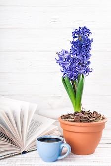 Livro, xícara de café, flor. livro de leitura e tomando café