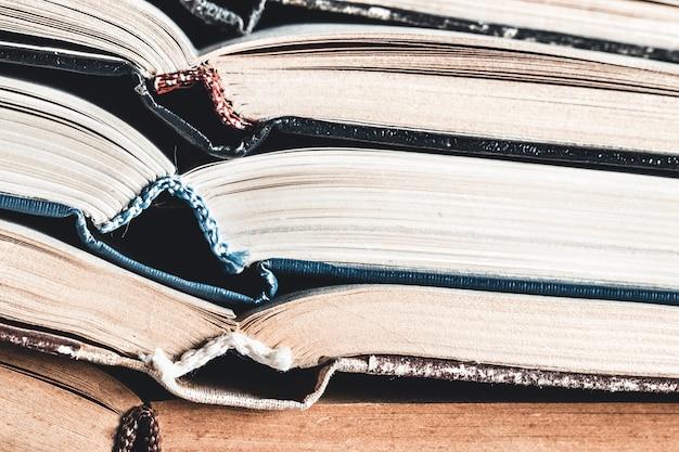 Livros abertos como plano de fundo