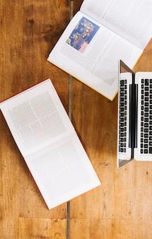 Livros abertos perto do laptop