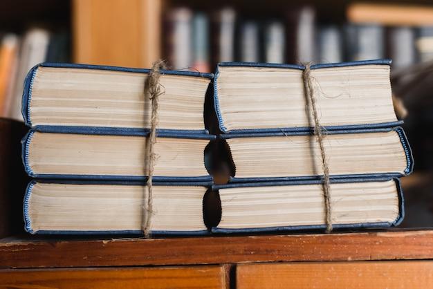 Livros amarrados com uma corda