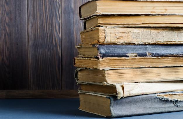 Livros antigos com amassado