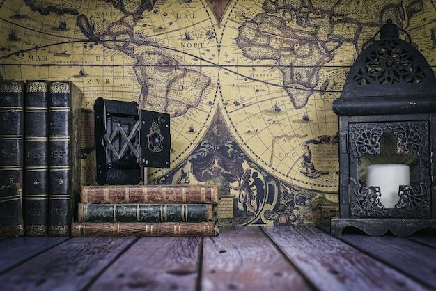 Livros antigos com câmera e relógio