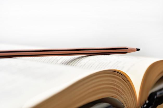 Livros antigos com lápis.