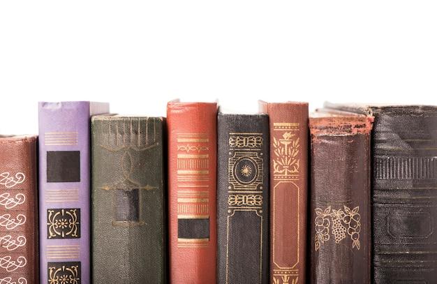 Livros antigos de capa dura isolados no branco