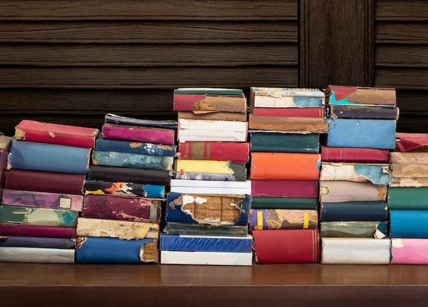 Livros antigos e danificados