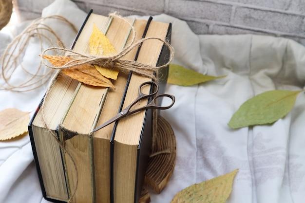 Livros antigos e folhas de outono