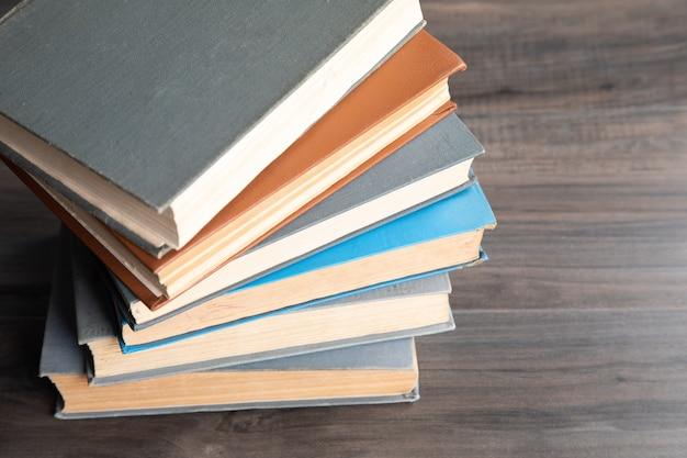 Livros antigos em cima da mesa.