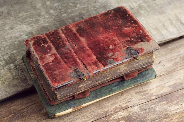 Livros antigos em uma mesa de madeira
