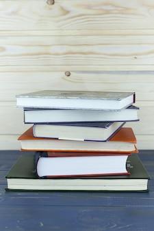 Livros antigos em uma prateleira de madeira. sem rótulos, lombada em branco.