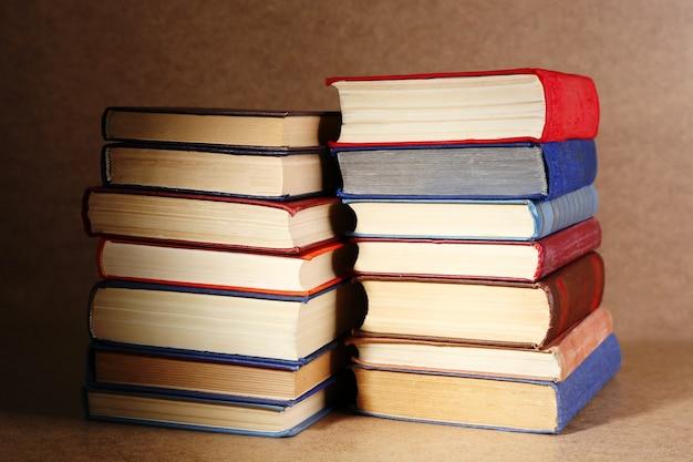Livros antigos na estante, close-up na mesa de madeira