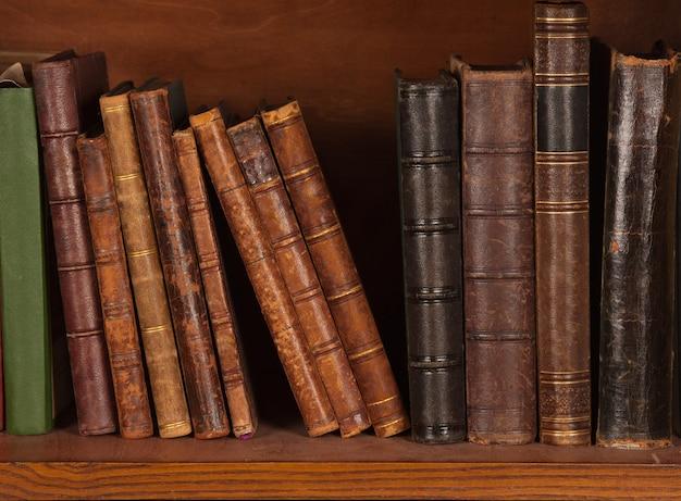 Livros antigos na estante