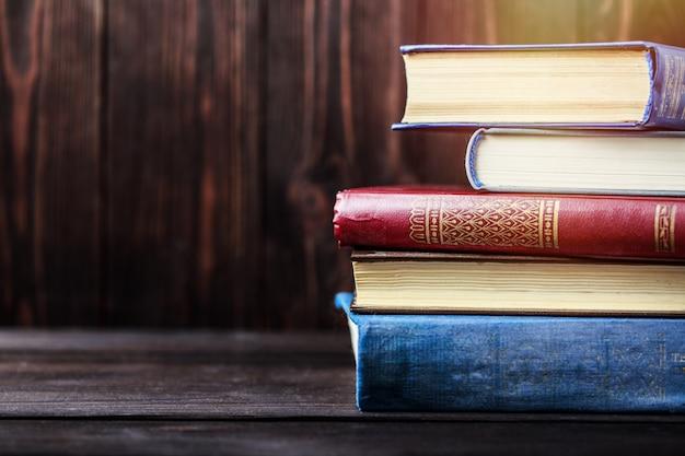 Livros antigos na mesa de madeira. a fonte de informação
