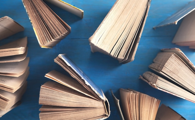 Livros antigos na mesa de madeira azul.