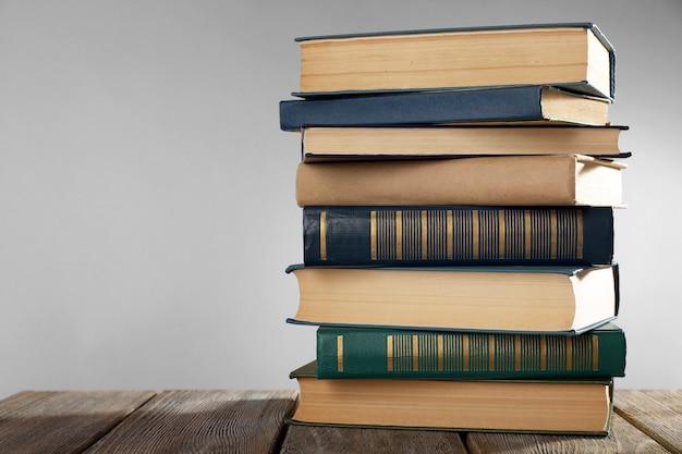 Livros antigos na mesa de madeira