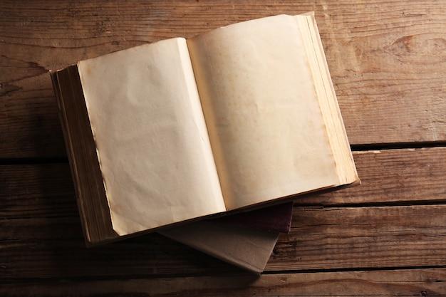 Livros antigos sobre fundo de madeira, vista superior